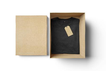 carton: Caja de forma de rect�ngulo vac�o de cart�n y camiseta negro con etiqueta Foto de archivo