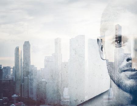 若い魅力的な男と、背景に都市の二重露出クローズ アップ肖像画