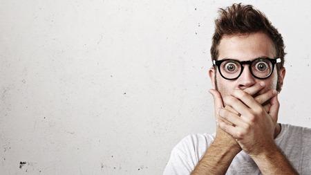 wow: Retrato de un sorprendido jóvenes anteojos hombre que llevaba