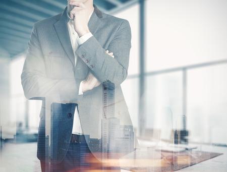 gerente: Doble hombre de negocios de la exposici�n en la oficina y pensando en planes Foto de archivo