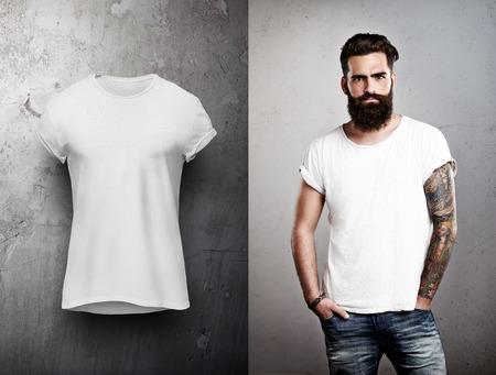 modelos posando: Hombre barbudo y camiseta blanca en la tierra de nuevo gris