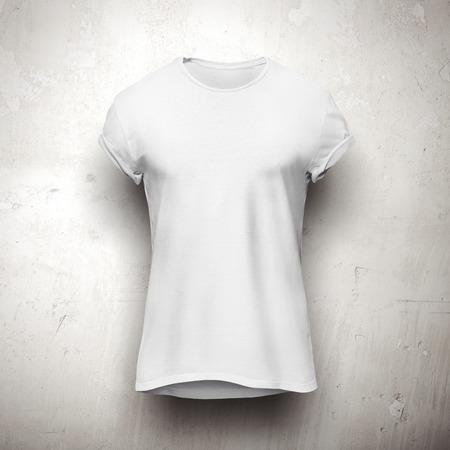 camisas: Camiseta blanca aislada en la pared gris Foto de archivo