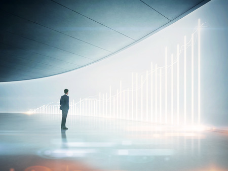 sillon: Hombre de negocios que mira el gráfico en pantalla holográfico