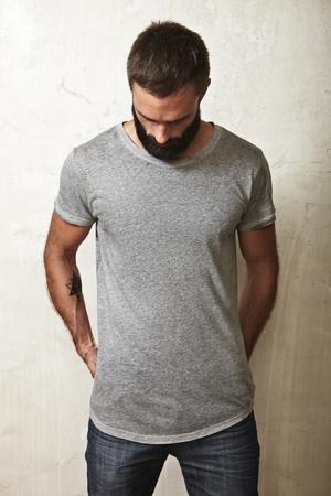 camisa: Retrato de un hombre con barba que llevaba camiseta en blanco
