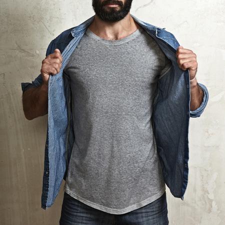 空の t シャツを身に着けている筋肉男のクローズ アップ