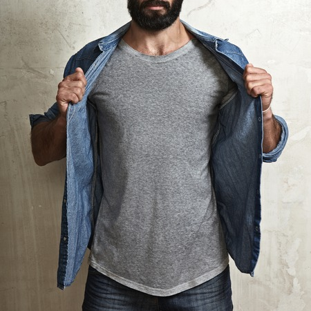 camiseta: Primer plano de un hombre musculoso que llevaba camiseta en blanco Foto de archivo