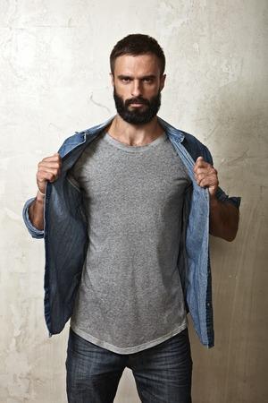 Retrato de un hombre con barba que llevaba camiseta en blanco
