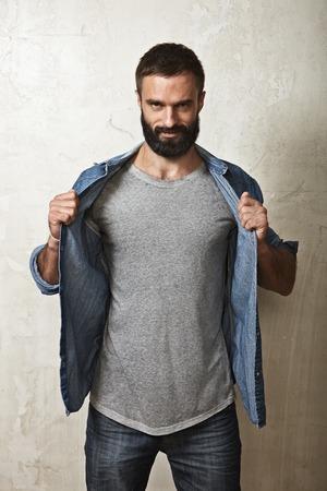 the shirt: Retrato de un hombre con barba que llevaba camiseta en blanco