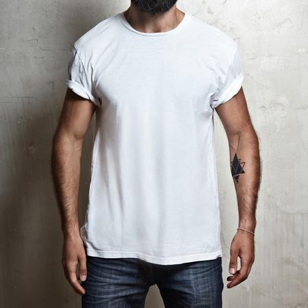 modelos posando: Primer plano de un hombre musculoso que llevaba camiseta en blanco Foto de archivo