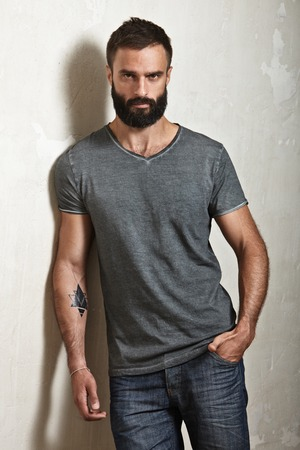 visage homme: Portrait of a bearded guy wearing blank t-shirt Banque d'images