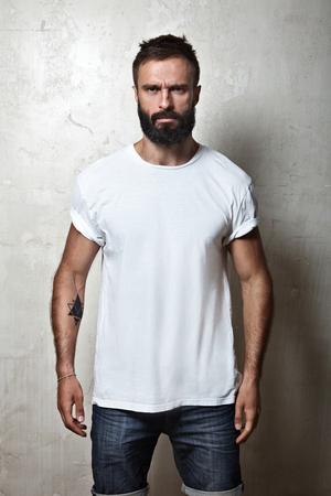 in  shirt: Retrato de un hombre con barba que llevaba camiseta en blanco