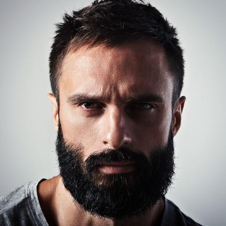 viso uomo: Close-up ritratto di un uomo barbuto bello