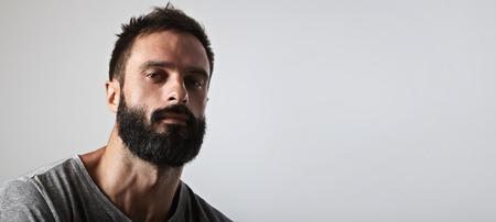 Close-up retrato de un hombre con barba y guapo Foto de archivo - 45152114