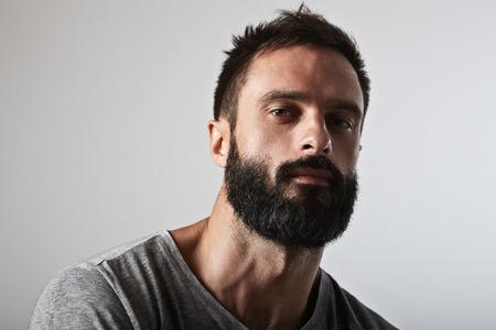 hombre fuerte: Close-up retrato de un hombre con barba y guapo