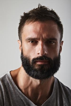 Close-up portrait d'un homme barbu beau