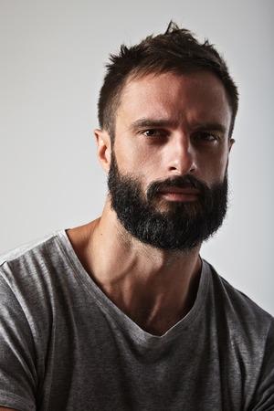 Close-up portrait d'un homme barbu beau Banque d'images
