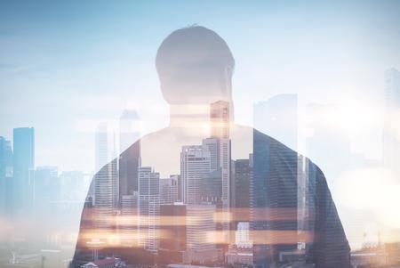 exposicion: Doble exposición del hombre joven en la ciudad con sunlights