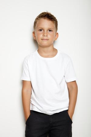 pantalones cortos: Hasta Simulacro de chico joven que muestra algo de acción en el fondo blanco