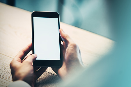 sexo femenino: Smartphone sosteniendo en las manos femeninas y buscando algo de informaci�n