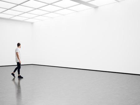 男は、展示ホールの上を歩くされ、展覧会のギャラリー 写真素材