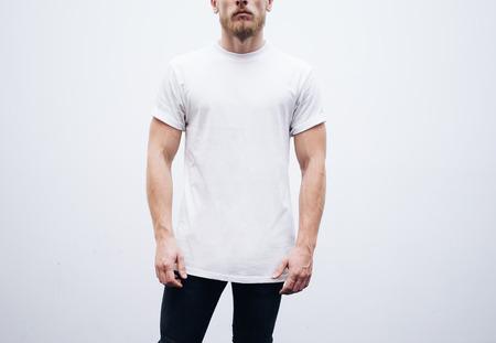 in jeans: El hombre que llevaba la camiseta en blanco y pantalones vaqueros azules sobre un fondo blanco