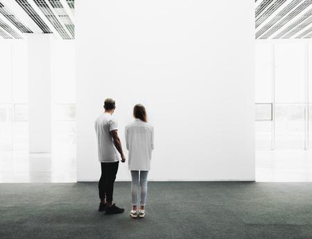 남자와 여자는 전시장을 뚫고 걸어 전시 갤러리를 검사 스톡 콘텐츠
