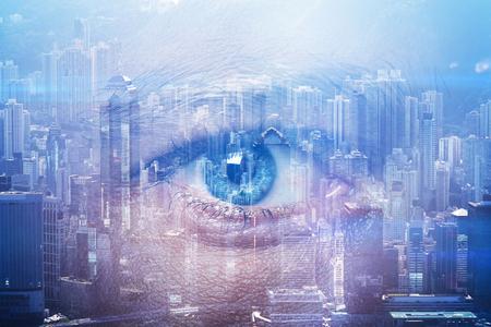 ojo humano: Primer plano del ojo humano con efectos visuales y rascacielos superpuestos en el fondo. Duble la exposición.