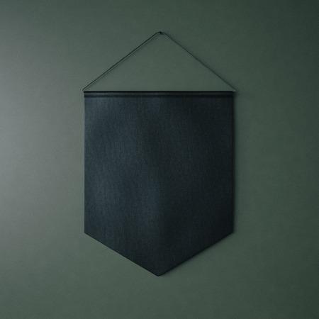 Stendardo nero appeso alla parete di mattoni su sfondo verde. Piazza Archivio Fotografico - 47849142