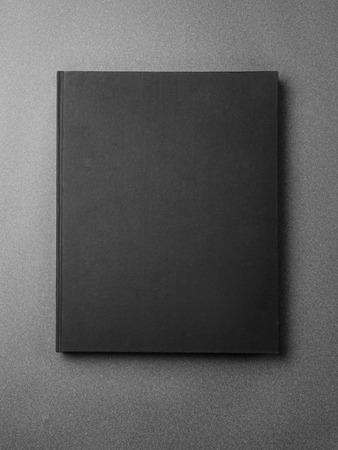 cubierta de libro negro sobre el fondo gris. Vertical Foto de archivo