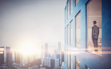 open windows: Hombre de negocios dentro de rascacielos, lookng en la ciudad a través de la ventana.
