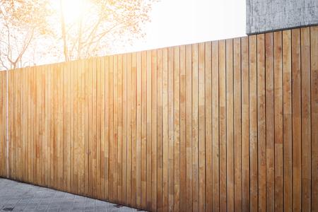 Zeer gedetailleerde en lege houten muur op de straat. horizontaal