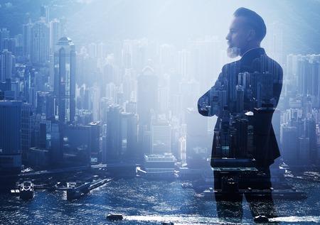 exposicion: foto de la doble exposición de un hombre de negocios y la ciudad moderna. Horizontal
