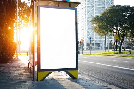 parada de autobus: caja de luz vacía en la calle de la ciudad. Horizontal.