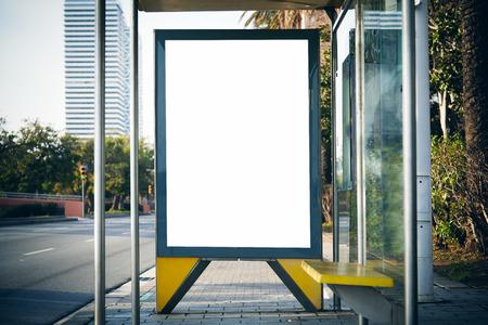 버스 정류장에 빈 라이트 박스. 수평