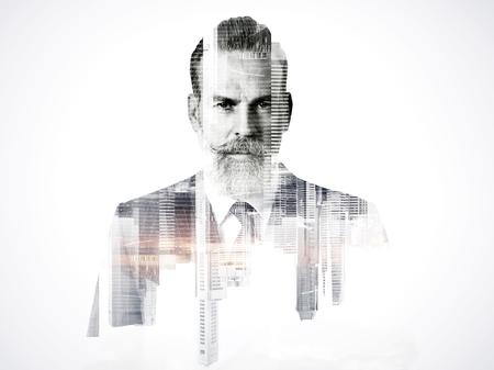 exposicion: Primer plano retrato de hombre de negocios. foto de la doble exposición de vista panorámica de la ciudad en la salida del sol