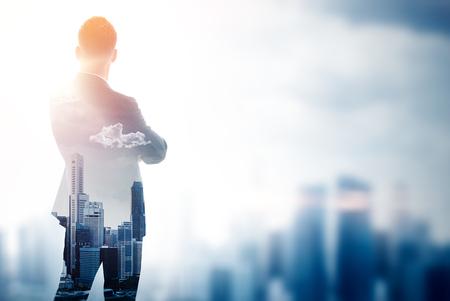 hombre con barba: empresario elegante en un traje mirando al horizonte. Foto de la doble exposición de la ciudad. Horizontal
