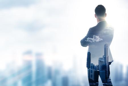 horizonte: empresario elegante en un traje mirando al horizonte. Foto de la doble exposición de la ciudad. Horizontal