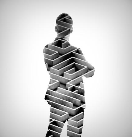 exposicion: El hombre de negocios el uso de traje moderna y que mira en el laberinto. Foto o doble exposición del laberinto. Aislado