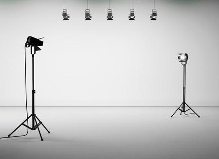 Weiß Studio-Zimmer mit Lichtern auf dem leeren Hintergrund