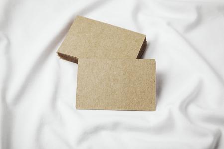 Close-up van ambachtelijke visitekaartjes op wit t-shirt. Horizontaal Stockfoto - 50792045