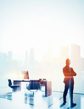color in: empresario elegante en un traje mirando al horizonte en la oficina. Doble exposición, color, vertical. Foto de archivo