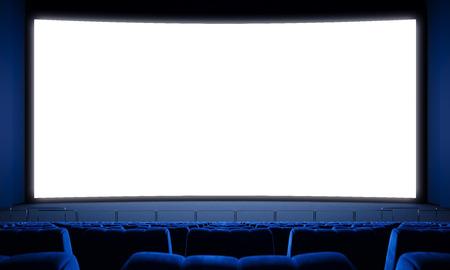 camara de cine: sala de cine con asientos vacíos y pantalla grande de color blanco. Foto de archivo