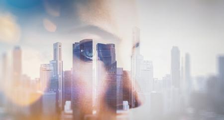 exposicion: Primer plano retrato de mujer joven. ciudad de la doble exposición en el fondo, efectos visuales. Horizontal