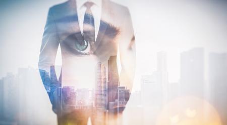 viso uomo: Foto di donna occhio e uomo d'affari in tuta. Doppia esposizione grattacielo sullo sfondo. Orizzontale Archivio Fotografico