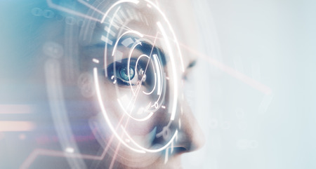 yeux: Gros plan d'une femme oeil avec des effets visuels, isolé sur fond blanc. Horizontal, large