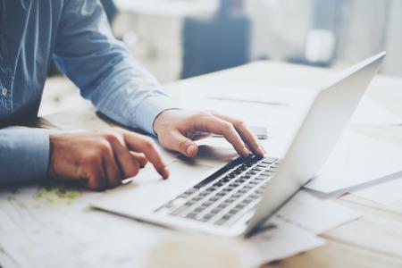 trabajando: El hombre de negocios usando la computadora portátil para el proyecto arquitectónico. Genérico ordenador portátil de diseño sobre la mesa. Foto de archivo