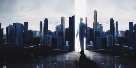 ejecutiva en oficina: Concepto de hombre de negocios. foto de la doble exposición de vista panorámica de la ciudad en la salida del sol