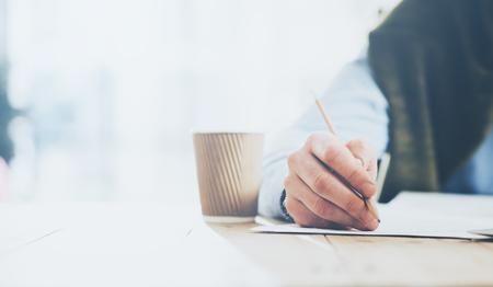 Biznesmen wręczenie ołówek i laptop pracuje nowy projekt biznesowy. Generic konstrukcja notebooka na stole. niewyraźne tło