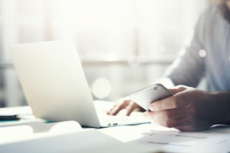 hombre de negocios: De negocios que trabaja con el cuaderno diseño genérico. La celebración de teléfono inteligente en las manos