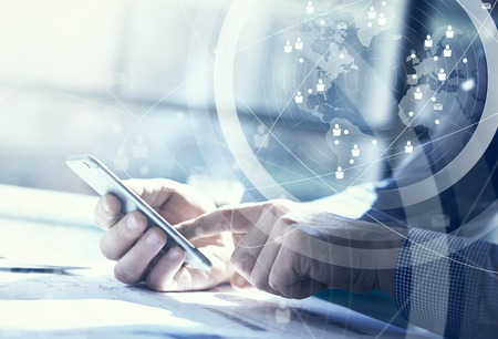 kommunikation: Affärsidé. Affärsman som arbetar generisk konstruktion laptop och smartphone. Världsomspännande anslutningsteknik gränssnitt, horisontell